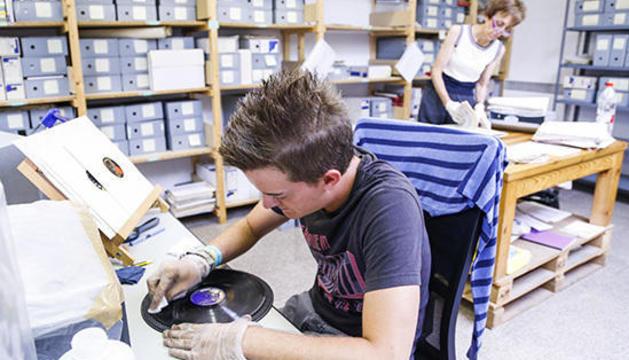 Tasques de neteja dels discos de Ràdio Andorra