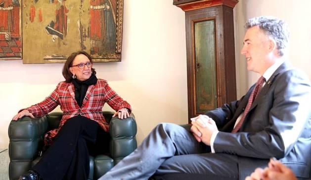 La secretària general iberoamericana, Rebeca Grynspan, amb el síndic Vicenç Mateu