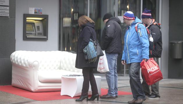 Turistes russos amb bosses de compra.