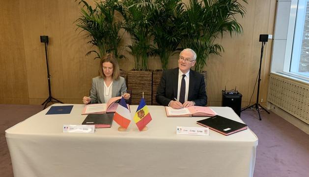 La ministra de Medi Ambient, Sílvia Calvó, i el president d'Edf, Jean-Bernard