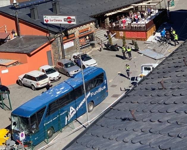 Estat de l'autobús i de la marquesina després de l'accident