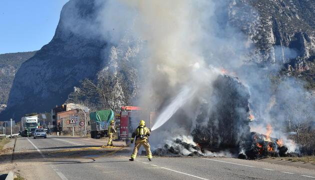 Els bombers apagant el foc al vehicle