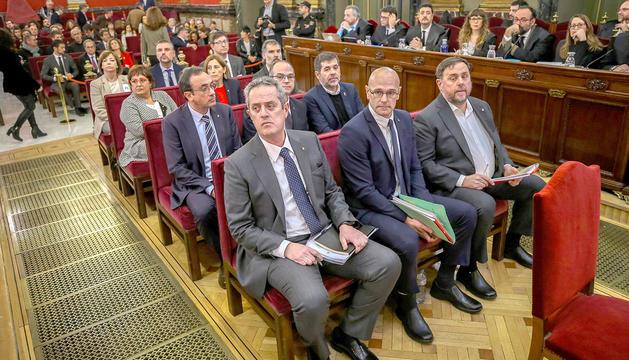 Quim Forn, Raül Romeva i Oriol Junqueras, en primer terme, i la resta d'encausats, ahir al Suprem.