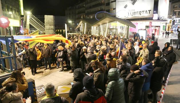 Banderes estelades, llaços grocs i complements de roba del mateix color van omplir la plaça de la capital durant l'acte.
