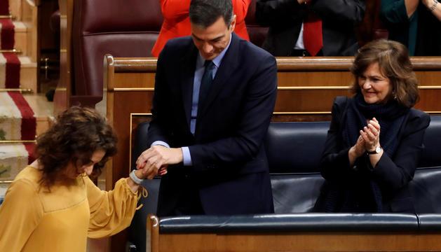 Pedro Sánchez saludant la ministra d'Hisenda, María Jesús Montero, ahir al Congrés dels Diputats.