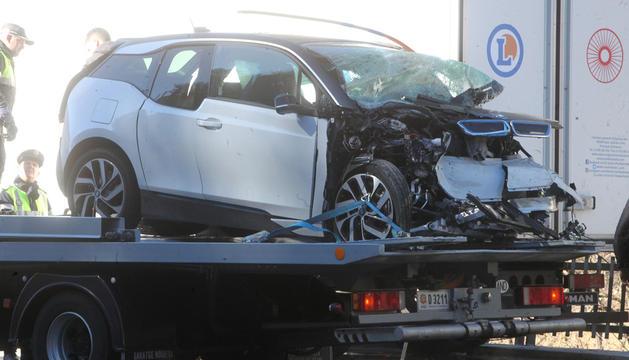 Una grua s'endú el vehicle accidentat.