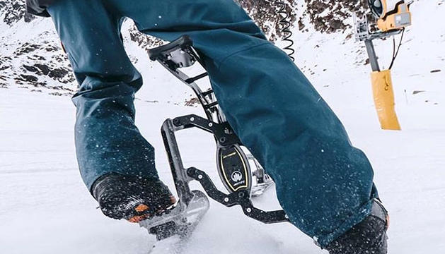 Els peus del pilot no van fixats com en el cas dels esquís, fet que li dóna més mobilitat.