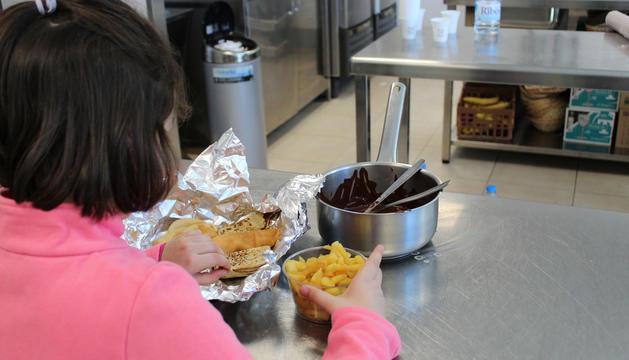 Una nena prepara les seves creps al taller.