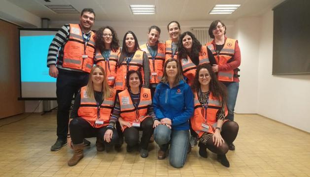 Els voluntaris amb les armilles.