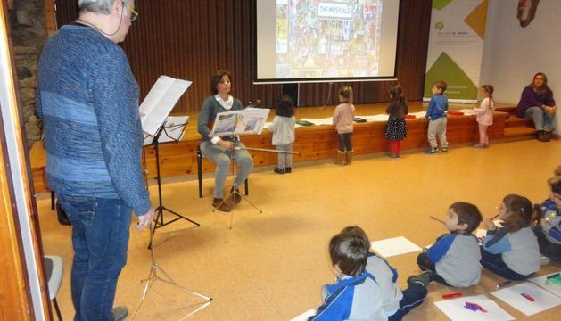 Els infants pintant la melodia que emana d'un violí.