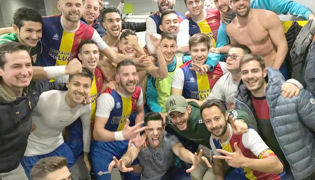 Els jugadors de l'FC Andorra celebren la victòria al vestidor.