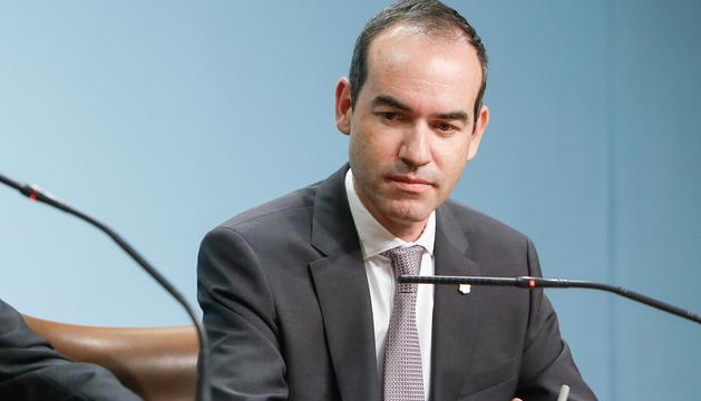 Jordi Alcobé a l'edifici de Govern, en el moment de presentar la dimissió com a ministre.
