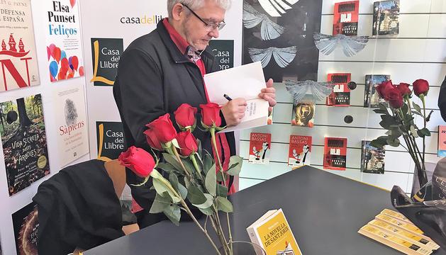 L'escriptor barceloní, en una signatura de llibres com les que satiritza.