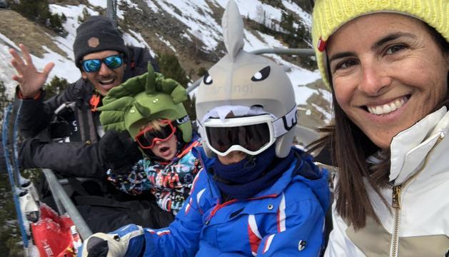 L'Amaya i la seva família en un dia d'esquí.