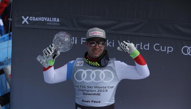Beat Feuz amb el Globus de Cristall de campió de la general de la Copa del Món de descens