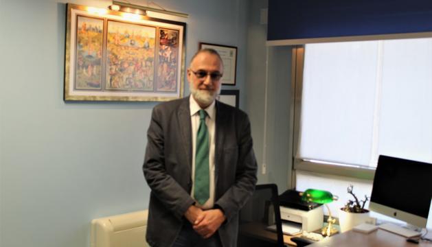 El doctor Joan Escoter Blavi al seu despatx