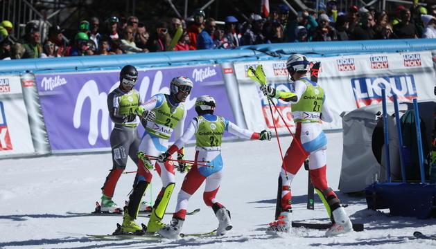 L'equip de Suïssa celebra la victòria a l'Alpine Team Event