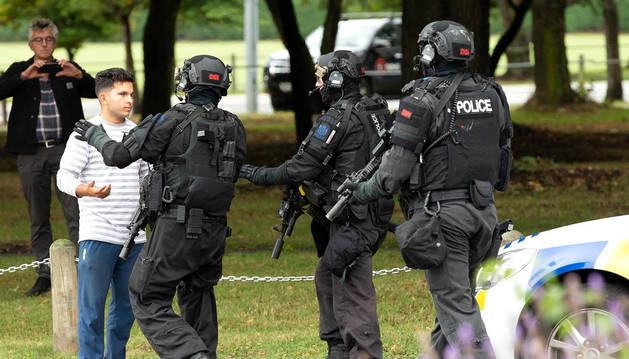 Agents de policia a la zona on es va registrar un dels tirotejos, ahir.