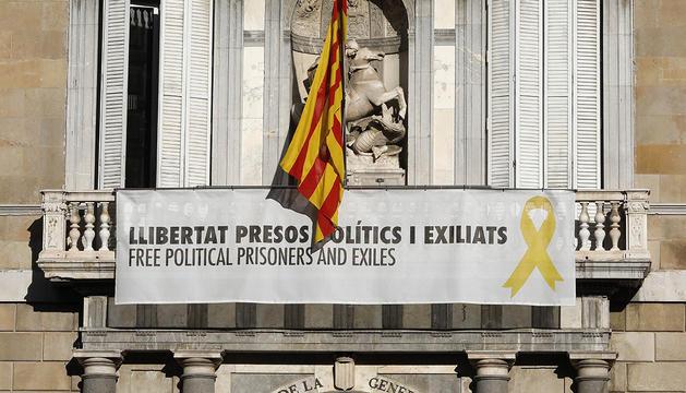 El Palau de la Generalitat, amb el llaç groc, ahir.