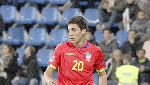 El futbolista Max Llovera durant un partit
