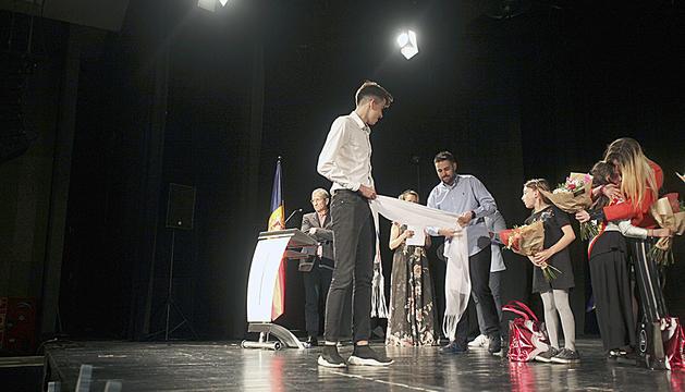 Al nou hereu, Max Capdevila, li van posar una faixa per fer oficial que és el representant d'Escaldes-Engordany i el Principat.