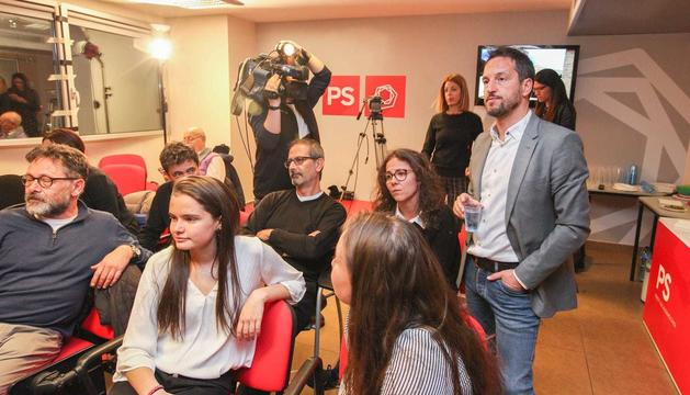 Pere López observant els resultats