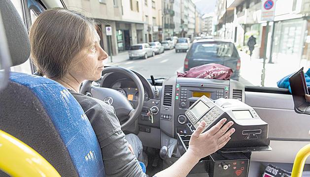 Nats Rego treballa de conductora de la Hispano Andorrana.