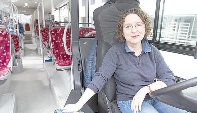Conxita Ribeiro condueix un autobús gran de la Cooperativa Interurbana.