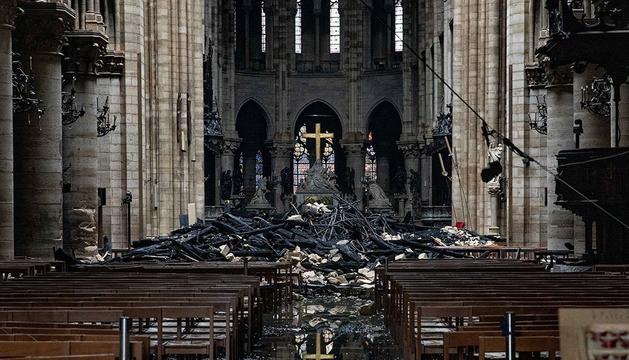 Nau central de Notre-Dame amb les restes caigudes de la coberta cremades