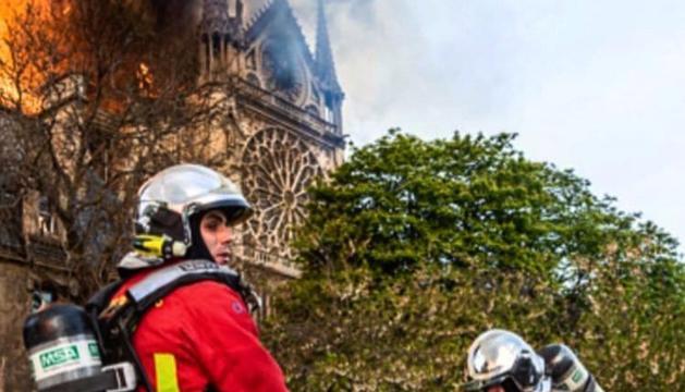 Els bombers de París treballant en l'extinció del foc de Notre-Dame