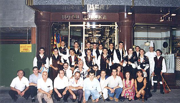 Els responsables de la Casa de Galícia amb el grup de gaiters, una de les activitats culturals impulsades per l'entitat.