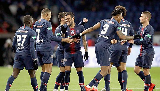 L'exblaugrana Alves celebra un gol amb Mbappé.