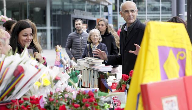 El cap de Govern en funcions, Toni Martí, durant una visita a les parades de Sant Jordi