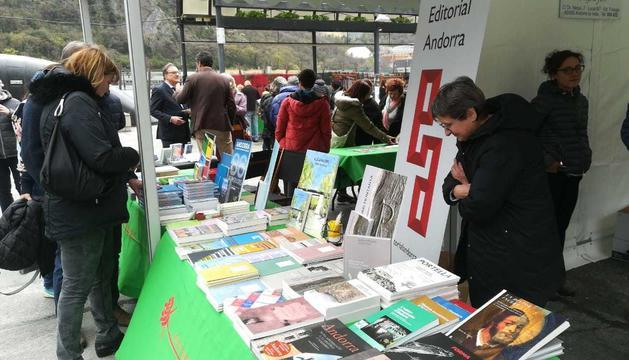 Una de les parades de llibres de la plaça del Poble