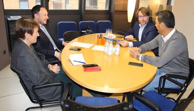 Els representants de les dues formacions polítiques durant la reunió