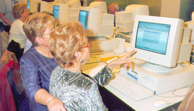 Al principi els cursos tractaven d'ensenyar a obrir l'ordinador i fer servir el ratolí.
