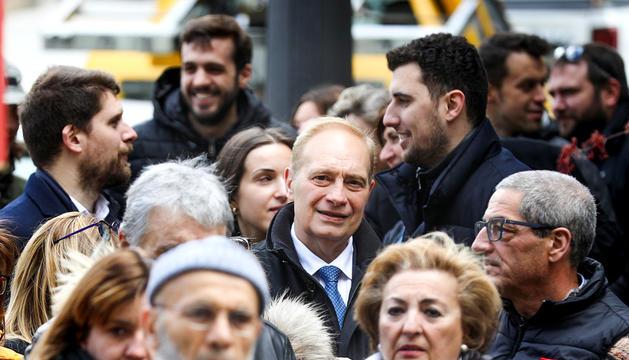 Josep Pintat fent cua per votar al comú de Sant Julià el 7 d'abril.
