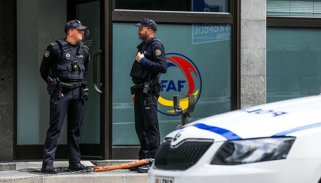 Agents de policia a les portes de la seu de la Federació Andorrana de Futbol.
