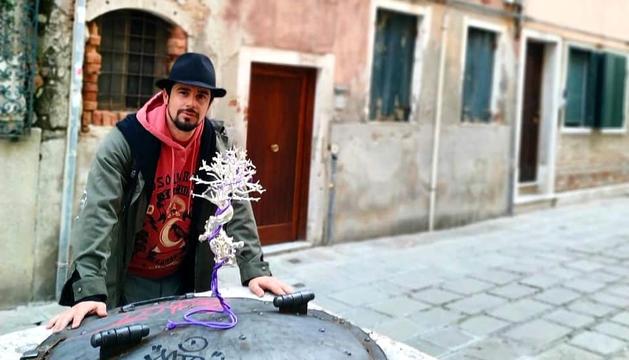 Shangti, amb una de les obres que exposarà a Venècia.