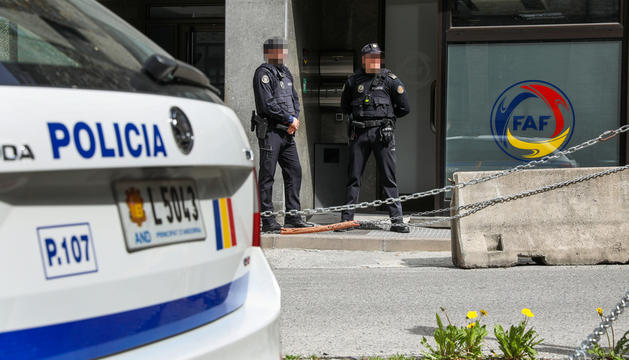 Agents de policia custodien la seu de la Federació Andorrana de Futbol a Escaldes-Engordany.