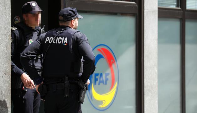 Dos policies a la seu de la FAF.