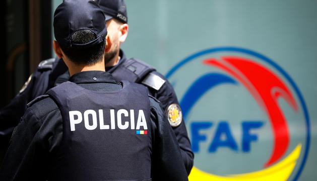 Policies custodiant la seu de la Federació Andorrana de Futbol, a Escaldes-Engordany.
