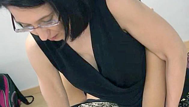 La fisioterapeuta Mireia Cuminal en una sessió a casa d'una pacient.