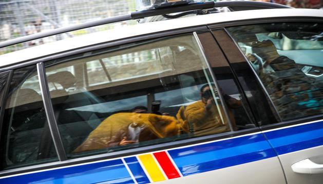 Moment que el cotxe policial surt de l'edifici judicial i trasllada a la Comella el secretari general de la FAF, Tomàs Gea.