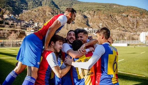 Els jugadors del FCAndorra celebren un gol aquest curs.
