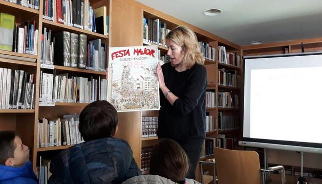 Els nens escoltant una explicació durant la visita.