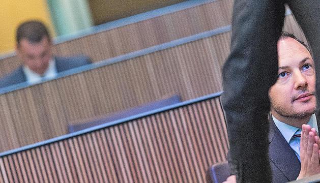 Xavier Espot assegut a l'escó durant la sessió en què va defensar el projecte de govern.