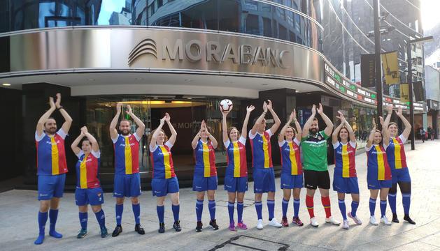 Treballadors de MoraBanc vestint l'equipació del club durant el vídeo