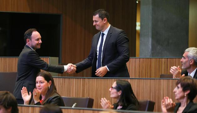 Xavier Espot i Jordi Gallardo saludant-se després que el polític demòcrata fos escollit cap de Govern.