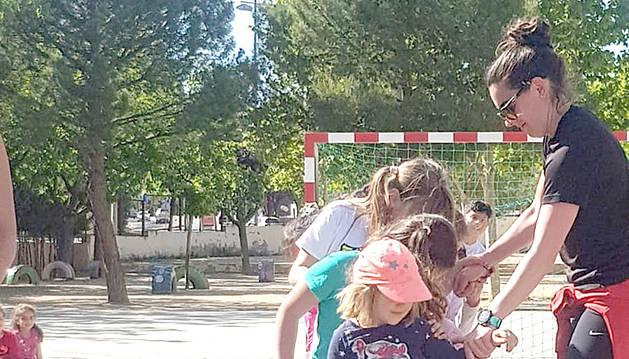 Taller d'oci amb nens i nenes a l'escola